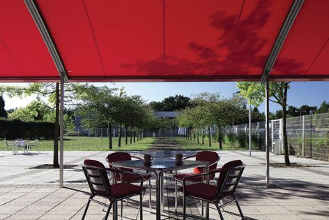 Wind-stable, weatherproof and with high wind resistance, Secudrive® provides complete retractable weather protection on demand.