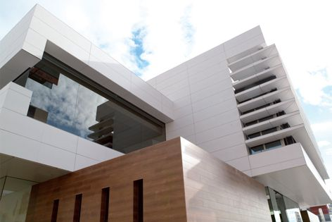 In summer, Porcelanosa™s new ventilated facades protect the building from the outside heat.