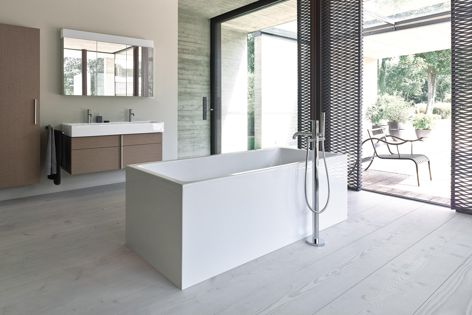 The freestanding Vero Air bathtub, pictured with the Vero Air vanity unit, double washbasin and tall cabinets. Furniture finish: Oak Cashmere (real-wood veneer). Faucet: C.1. by Kurt Merki Jr.